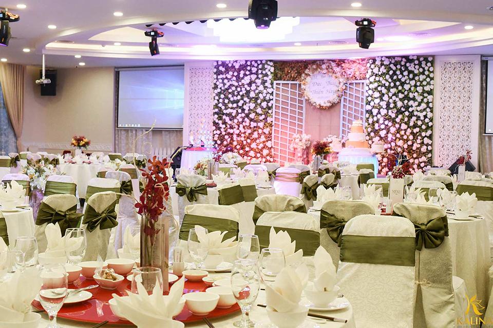 tiệc cưới tone hồng
