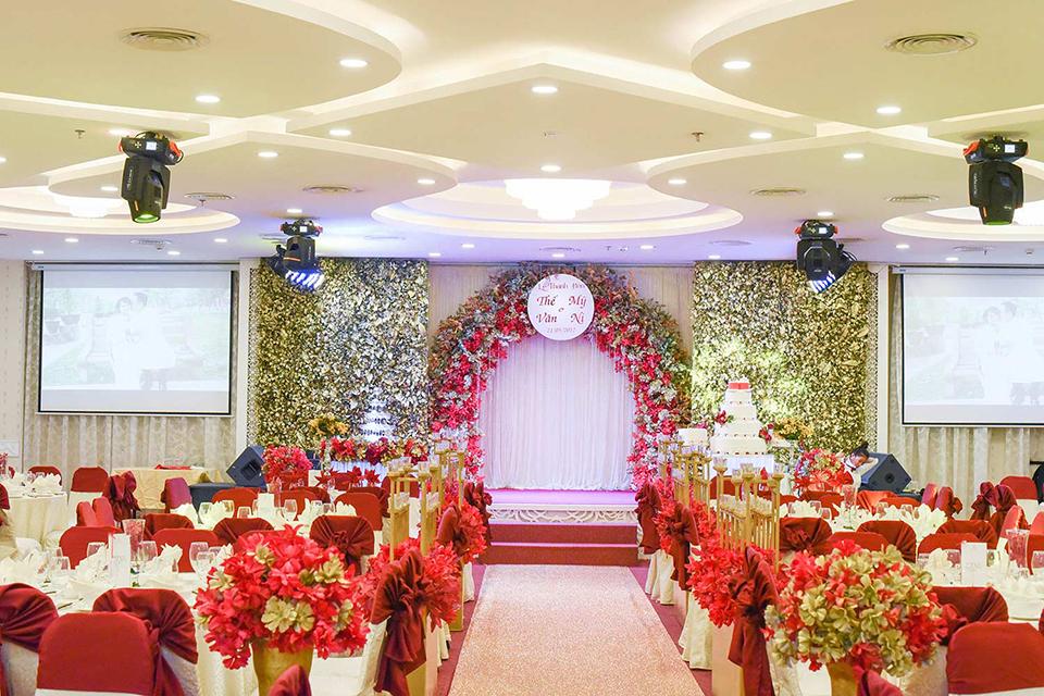tiệc cưới tone đỏ