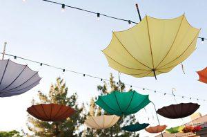 Trang trí tiệc cưới với dù không chỉ dành cho đám cưới mùa mưa