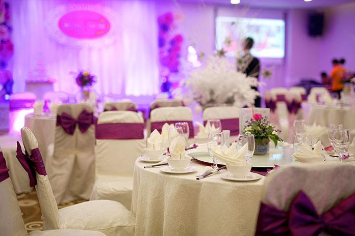 trang trí tiệc cưới tông tím